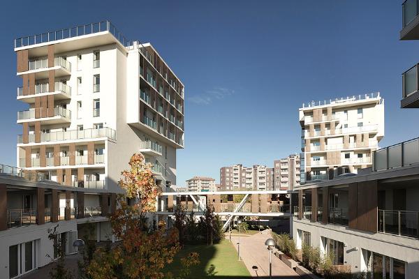 Nel 2013 a Milano è stato inaugurato Cenni di cambiamento, progetto di housing sociale con strutture portanti e solai realizzati in legno X-Lam.