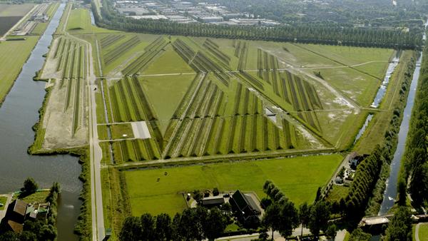 Buitenschot Landart Park, realizzato da H+N+S e dall'artista Paul de Kort nei pressi dell'aeroporto internazionale Schiphol, ad Amsterdam, abbatte l'inquinamento acustico