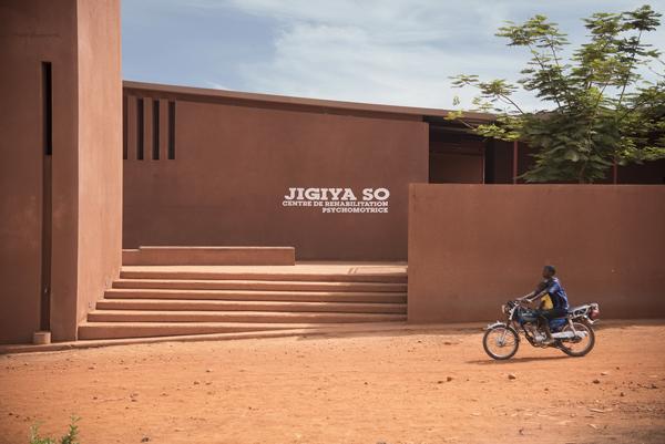 Il centro di riabilitazione psicomotoria Jigiya So, progettato dallo studio Caravatti e completato nel 2015. Situato a Kati, è la prima struttura dedicata al supporto e all'integrazione delle persone con disabilità in Mali.